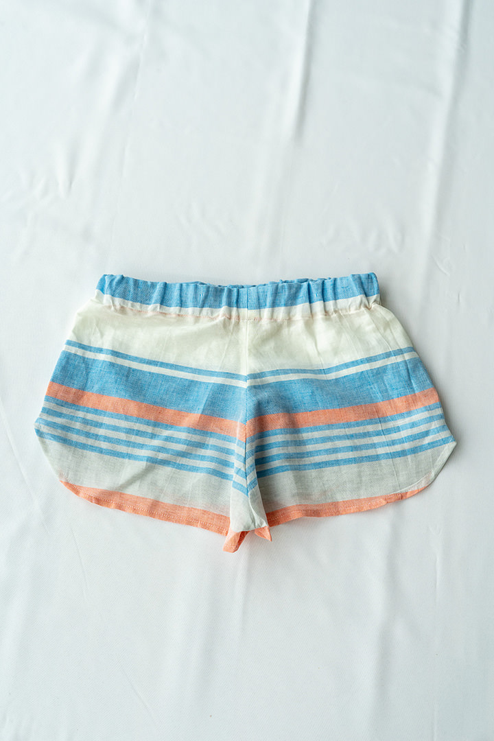COLECCIÓN SOLSTICIO shorts rayas azul y rojo