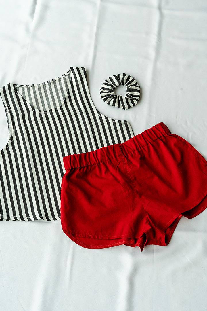 COLECCIÓN SOLSTICIO conjunto rayas y rojo