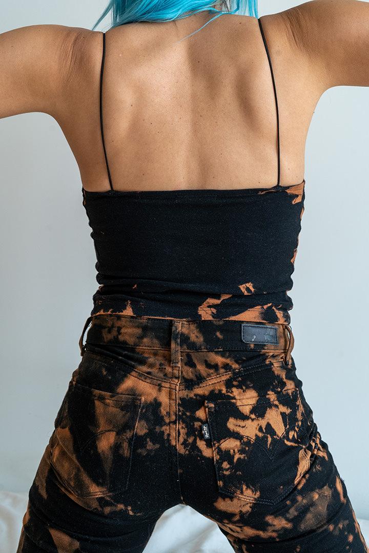 Imagen trasera pantalón LEVIS y top tiedye